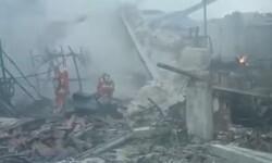 Un enorme incendio en Aielo de Malferit destruye una nave de pinturas.