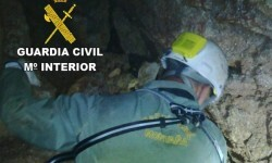 Un grupo de espeleólogos haya restos óseos en el interior de la Sima d'Alt de Tales.