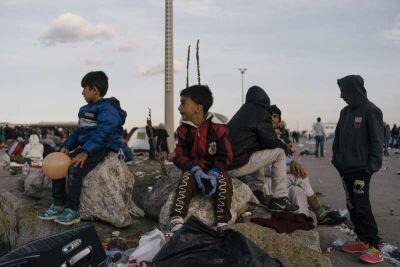 ©ACNUR/ F.Rainer. Dos niños refugiados esperan junto a sus padres para ser trasladados a un alojamiento de emergencia en Nickelsdorf, Austria, a principios de este mes. Austria está registrando un número de llegadas de refugiados sin precedentes, principalmente desde Siria, Irak y Afganistán.