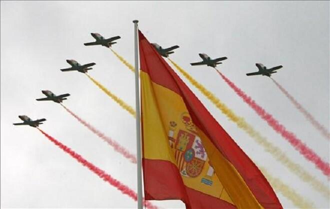 Imagen de los aviones de la Patrulla Aguila dibujando en el cielo estelas con los colores de la bandera de España