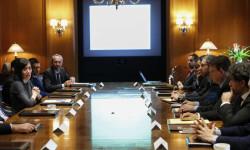 GRA311. NUEVA YORK (EE.UU.), 26/10/2015.- El presidente de la Generalitat Ximo Puig (2ºd) habla con Gemma Cortijo (i), directora ejecutiva de la cámara de comercio bilateral de España y Estados Unidos, durante una reunión con empresarios españoles hoy, Lunes 26 de Octubre de 2015, en Nueva York (EE.UU.). EFE/KENA BETANCUR