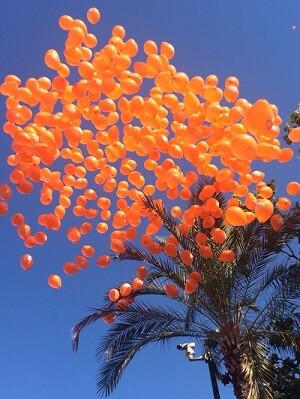 lanzamiento al aire de cientos de globos en la Plaza del Ayuntamiento con motivo del 9 d'Octubre.