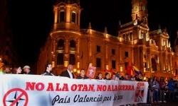 Cerca de medio millar de personas se manifestaron ayer contra la OTAN.