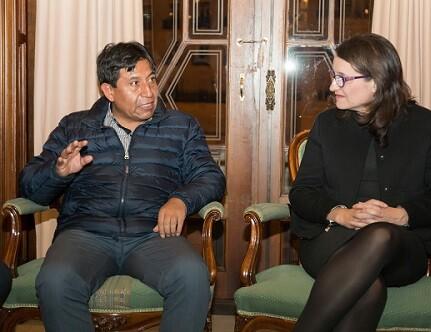 Choquehuanca Céspedes y Mónica Oltra en una reunión previa a la conferencia.