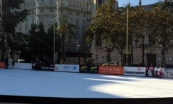 Comienza la instalación de la pista de hielo de la Plaza del Ayuntamiento.