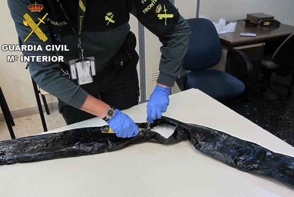 Detenido un pasajero en Manises con tres kilos de cocaína ocultos en el perímetro de su maleta.