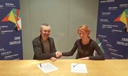 Firma del convenio entre l'Escola y Creative Connector