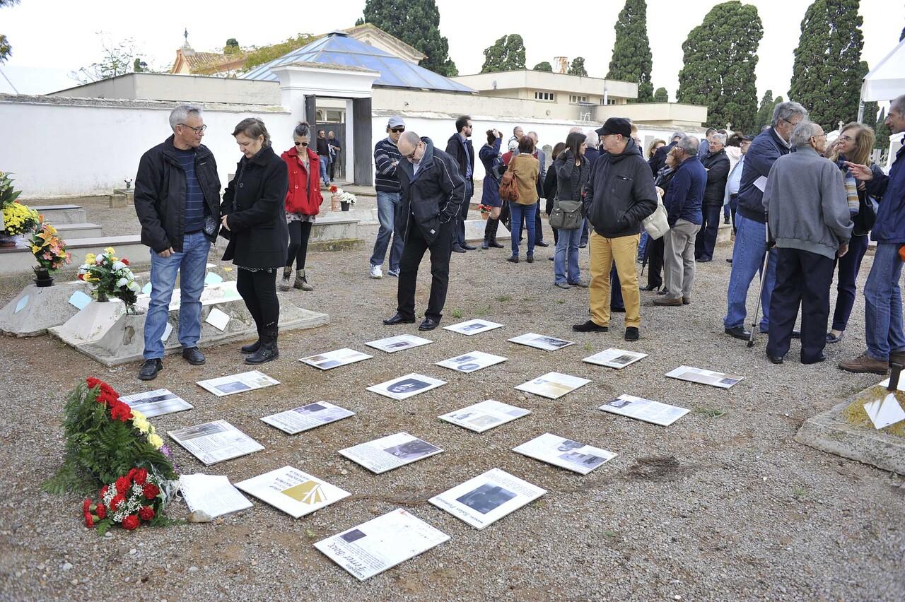 Homenatge i recort a les victimes del franquisme a la fossa comuna del cementeri civil de Castelló-