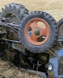 Imagen de un tractor volcado.