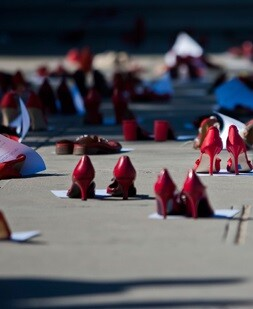 La concejala de Políticas Inclusivas del Ayuntamiento también colaborará mañana con la campaña 'Zapatos Rojos' de Amnistía Internacional.