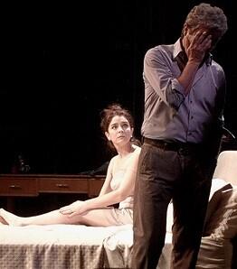 La obra es una pieza de actores que deben explorar y exponer el texto a puro pulmón.