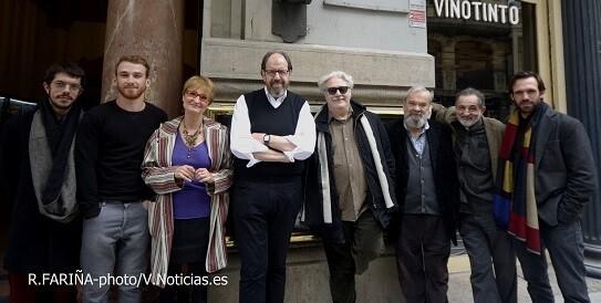 Los intérpretes posando ante la puerta del Teatro Olympia que esta semana celebra sus 100 primeros años.