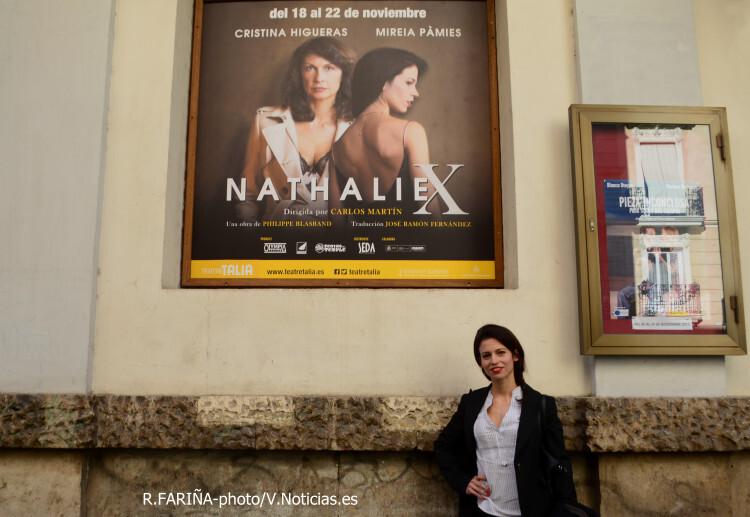 Mireia Pàmies a la puerta del Teatro Talía..