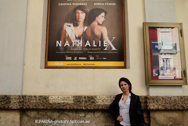 Mireia Pàmies a la puerta del Teatro Talía.