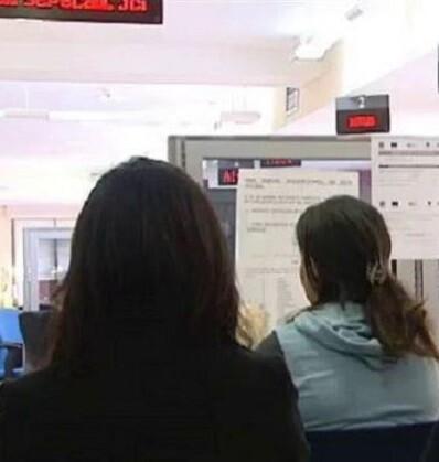 Personas esperando turno en una oficina del INEM.