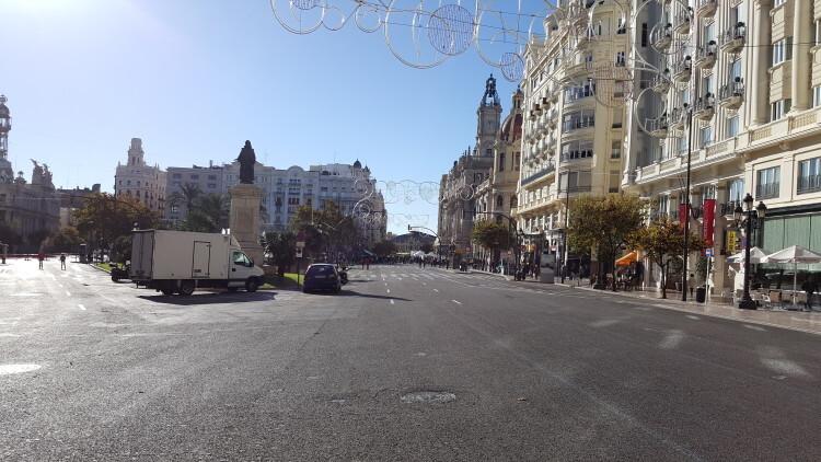 Primer domingo de la plaza del Ayuntamiento de Valencia cerrada para hacerla peatonal (1)
