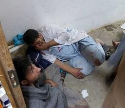 Un médico de la organización humanitaria se refugia dentro del hospital de Kunduf durante el bombardeo.