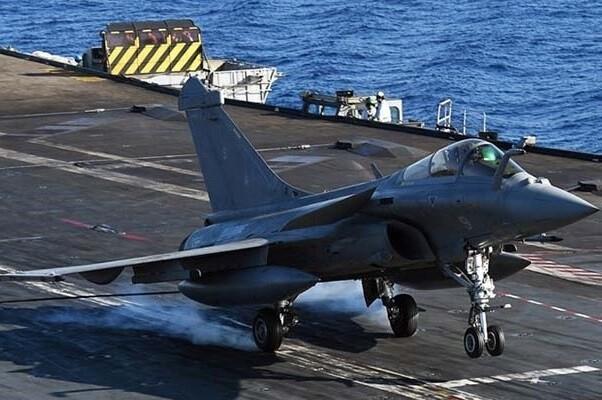 Un portaaviones francés inicia sus operaciones militares contra el Estado Islámico.