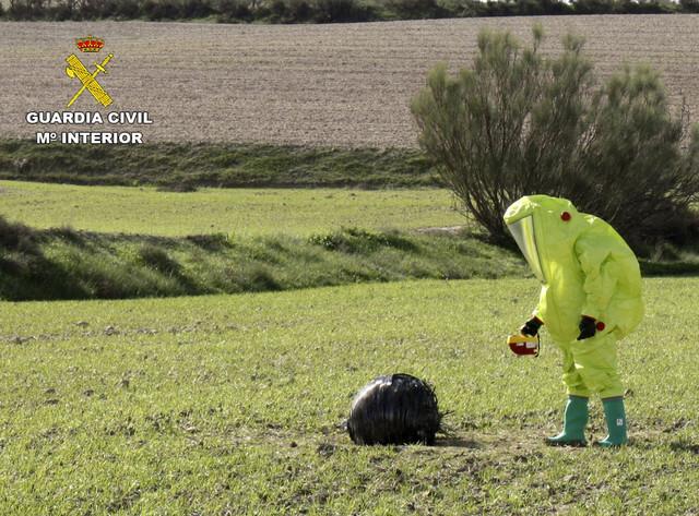 GRA265. MULA (MURCIA), 04/11/2015.- Fotografía facilitada por la Guardia Civil de la actuación realizada por el Grupo de Desactivación de Artefactos Explosivos (GEDEX) con la colaboración de un supervisor de instalaciones radioactivas, dependiente del SEF (Servicio Regional de Empleo y Formación) de la Comunidad Autónoma de la Región de Murcia, tras la localización, gracias a la colaboración ciudadana, de un objeto aeroespacial en el paraje Cagitán del municipio de Mula que, una vez examinado y descartado el riesgo radiológico para la población, ha sido retirado. EFE/-