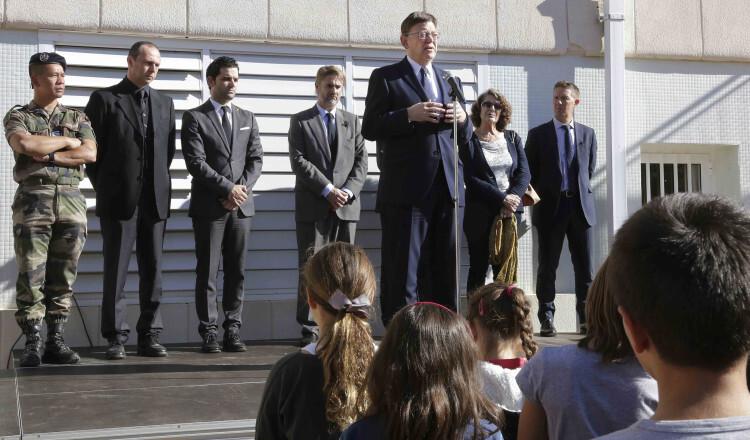 El President de la Generalitat, Ximo Puig, asiste al minuto de silencio convocado en memoria de las víctimas del atentado terrorista en París. 16/11/2015. Foto: J.A.Calahorro.