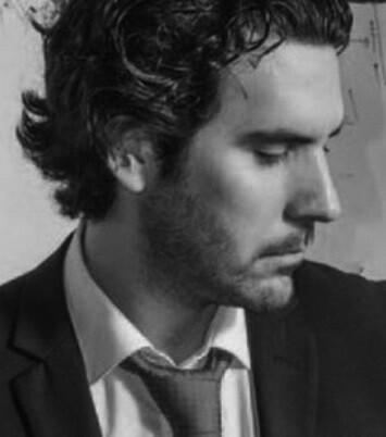 Álex es hijo del cantaor flamenco Alejandro Conde y conocedor de todos los palos de ese género musical.