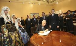 120615 Firma Margallo libro honor