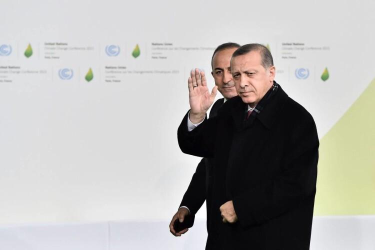 PDJ209 LE BOURGET (FRANCIA) 30/11/2015.- El presidente de Turquía, Recep Tayyip Erdogan (d), a su llegada a la cumbre sobre cambio climático COP21 que se celebra en Le Bourget en París (Francia) hoy, 30 de noviembre de 2015. La cumbre del clima de París abrió hoy doce días de negociaciones con la llegada de los más de 150 jefes de Estado y de Gobierno llamados a encontrar un acuerdo que evite que la temperatura del planeta aumente más de dos grados a finales de siglo. EFE/LOIC VENANCE / POOL PROHIBIDO SU USO A MAXPPP