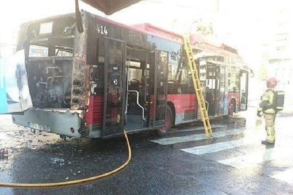 EMT Valencia y técnicos especializados investigan las causas del incendio de un autobús de la línea 10.