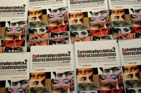 Ejemplares del volumen dos de la antología 'Cada mirada es única'.