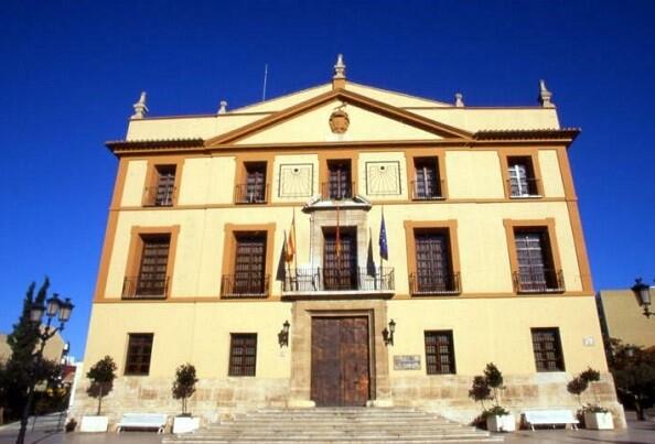 El Ayuntamiento de Paterna retira 27 cuadros de alcaldes del Salón de Plenos.