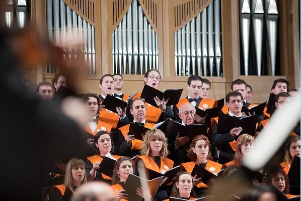 El Orfeón Universitario canta música sacra en su concierto de Navidad en el Palau.
