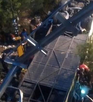 El vehículo transportaba unas 50 personas.