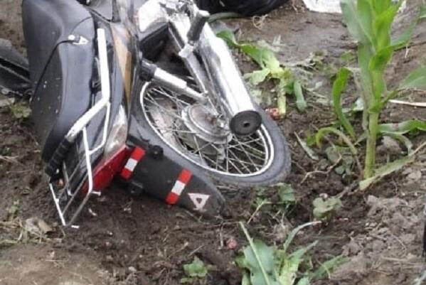 Fallece un motorista al chocar contra la carga de un camión en Manises.