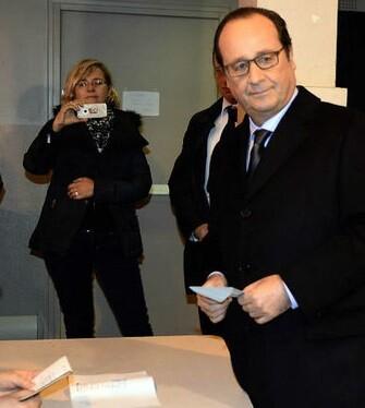 Francois Hollande deposita su voto en las elecciones de ayer.