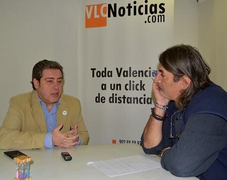 José María Llanos durante un momento d ela entrevista. (Foto-Roberto Fariña)