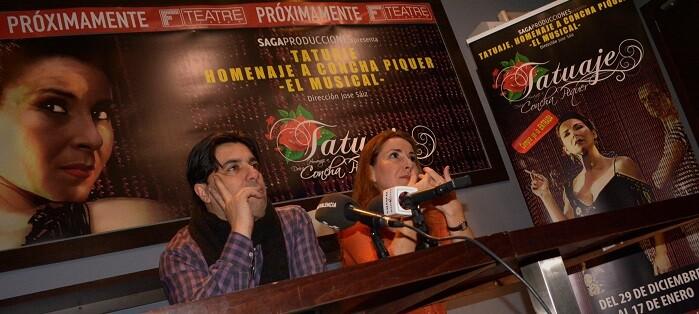 José Sáiz, director del espectáculo, junto a la cantante y actriz Aurora Frías durante la presentación de la obra. (Foto-R.Fariña).