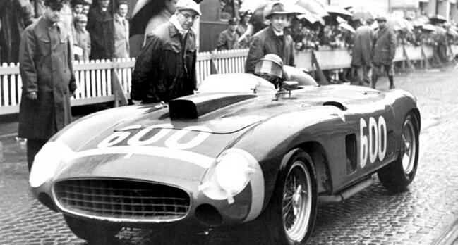 Juan Manuel Fangio conduciendo el Ferrari.