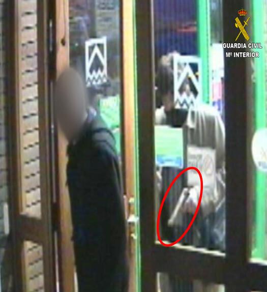 La Guardia Civil detiene a un atracador cuando iba a secuestrar al director de una sucursal bancaria de Cantabria_op_gabardina_1 (2)