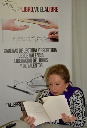 La autora lee un pasaje de su libro.