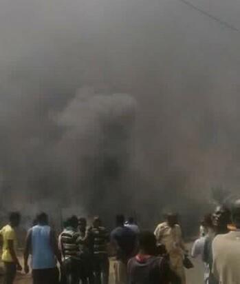 La violencia de las llamas no permitió a los servicios de rescate acceder a la fábrica.