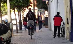 Las bicicletas no pueden ir por las aceras, sino por carriles señalizados (12)