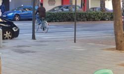 Las bicicletas no pueden ir por las aceras, sino por carriles señalizados (19)