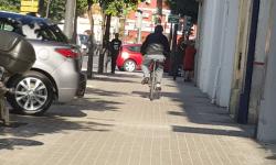 Las bicicletas no pueden ir por las aceras, sino por carriles señalizados (21)