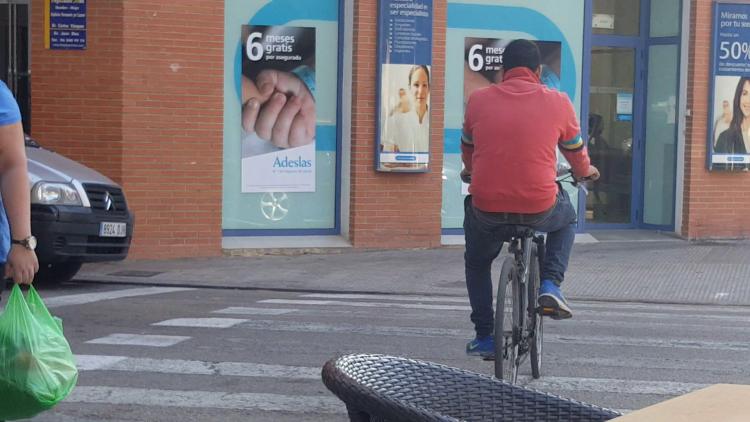 Las bicicletas no pueden ir por las aceras, sino por carriles señalizados (22)