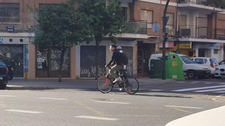 Las bicicletas no pueden ir por las aceras, sino por carriles señalizados (23)