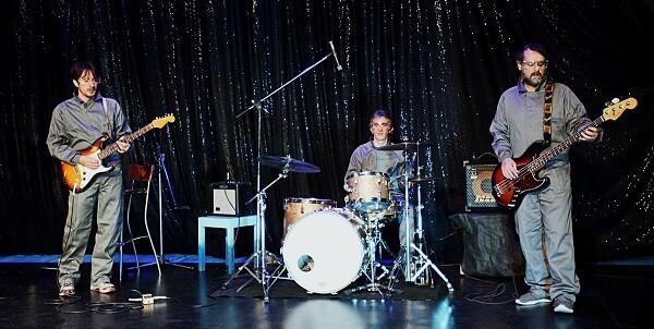 Los 'Monos Voladores Band' sacan un gran partido al repertorio que interpretan.