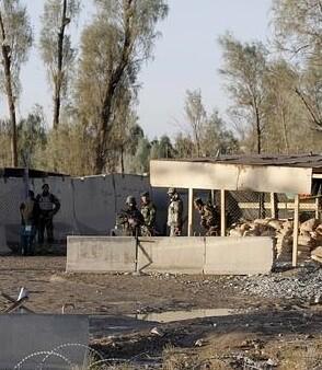 Los enfrentamientos continúan y los talibanes han tomado a dos familias como rehenes.