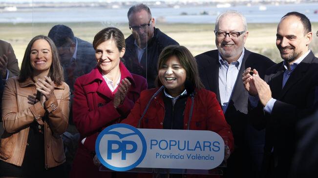 La presidenta del PP valencià, Isabel Bonig, junt als membres de la candidatura al Congrés. / PPCV