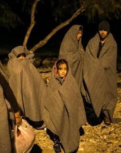Personas a la intemperie durante la noche en el campo de refugiados.