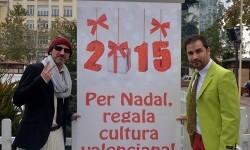 Los actores valencianos promoviendo el consumo de la cultura local. (Foto.R.Fariña).
